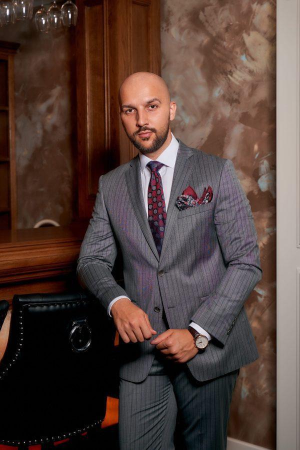 Costum-Business-Gri-Single-Breasted-Cu-Dungi-Verticale-Costume-Elegante-Barbati-Magazin-Costume-Cluj-Gentlemens-Boutique-Gold-